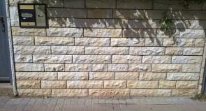 הסרת כתובת גרפיטי מקיר אבן ירושלמית
